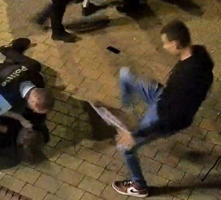 Op de beelden is te zien hoe de jongeman schopt richting een politieman in de buurt van het Alfred Verweeplein.