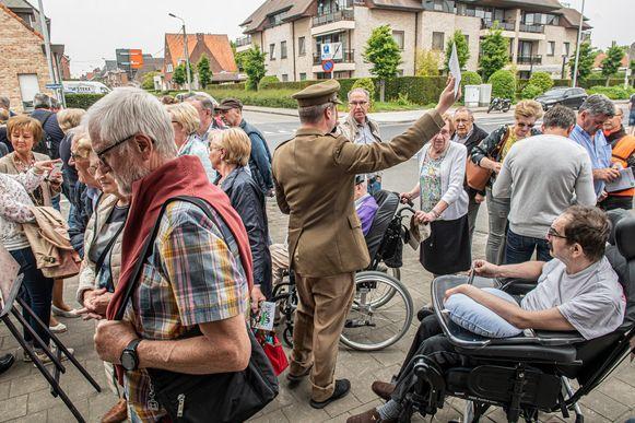 Een gids vertelt aan café 't Rustoord het verhaal van de eerste Poolse tank in Roeselare.