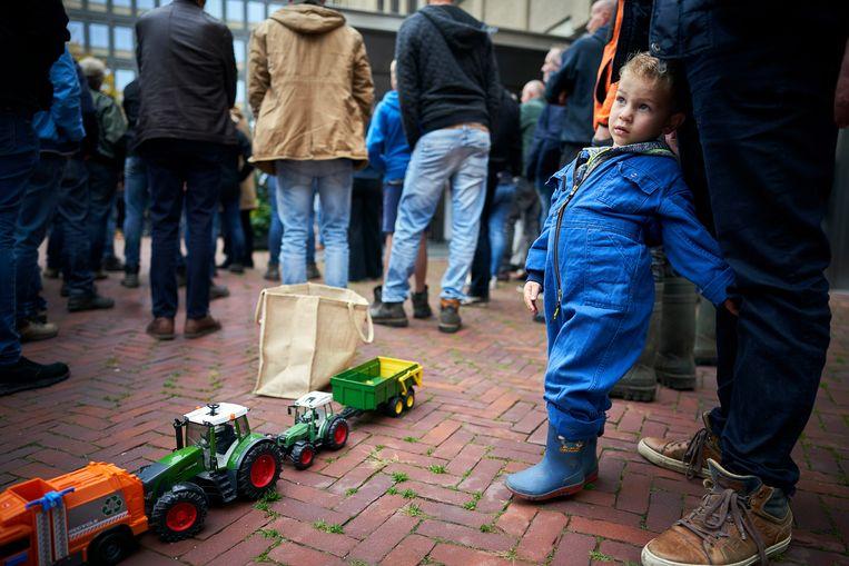 Boeren demonstreren bij het provinciehuis van Zuid-Holland. Belangenbehartiger LTO Noord riep op tot de actie en eist een opschorting van de beleidsregels rond stikstof. Beeld Phil Nijhuis