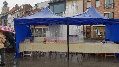 Fontein springt plots aan: marktkraam met brood volledig onder water