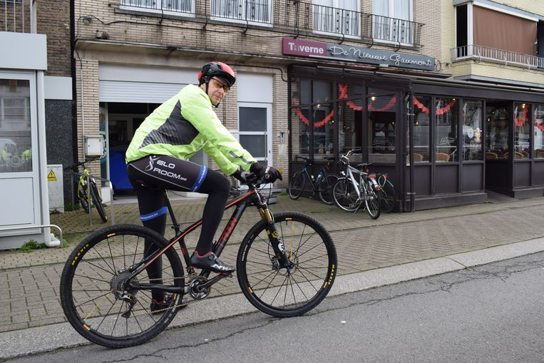 """Franky Rooms (58) uit Moerbeke haalde de fiets van stal: """"Ik doe 14.000 kilometer per jaar en ben nog nooit van mijn fiets gewaaid""""."""
