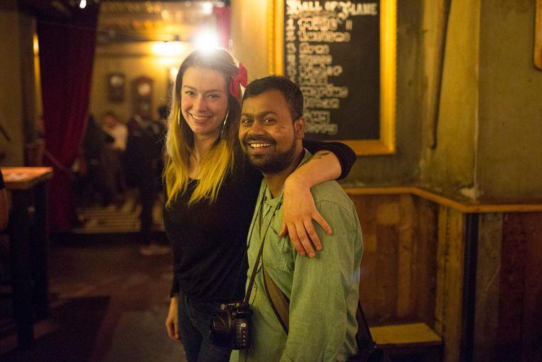 Liton Khan met de voormalig barmanager van de Bloemenbar, Anna Beckers, één van zijn vele fans Beeld Elmer van der Marel