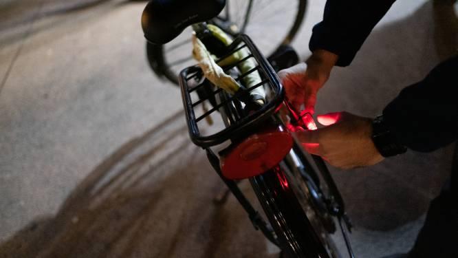 Politie controleert fietsverlichting op kruispunt Statiestraat