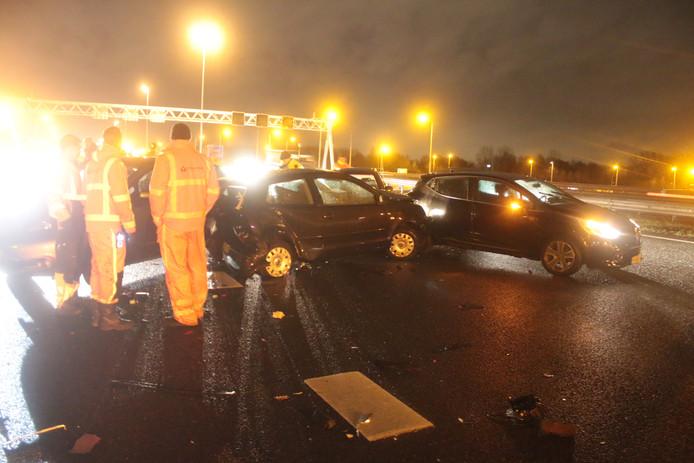 Bij een kettingbotsing op de A4 bij Rijswijk is gisteravond een persoon gewond geraakt. Bij het ongeluk waren vijf of zes auto's betrokken.