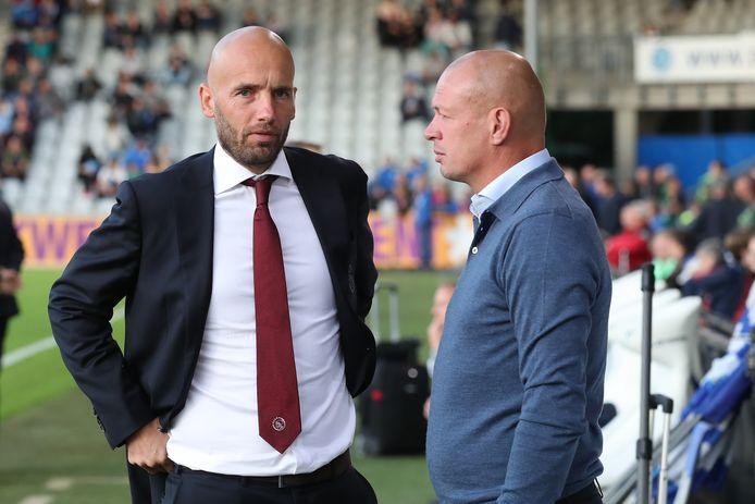 Interim-trainer Richard Roelofsen van De Graafschap (rechts) in gesprek met Mitchell van der Gaag, coach van Jong Ajax.