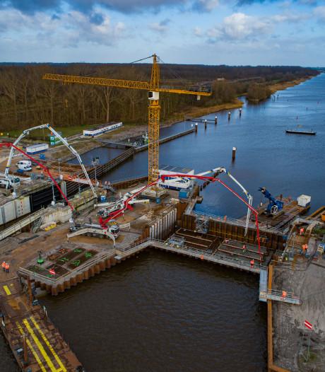 Betonvloer voor spuisluis tussen Dronten en Kampen