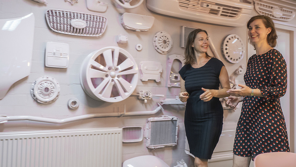 Janita en Marielle Hurkmans in hun garagebedrijf.