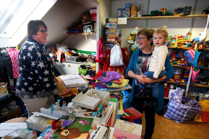 Gieni van Wingerden (links) en Gerrie de Ruiter in hun winkel aan de Binnendams in Hardinxveld-Giessendam.