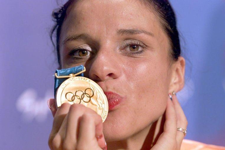 Leontien Zijlaard-van Moorsel kust haar gouden medaille in 2000. Beeld ANP