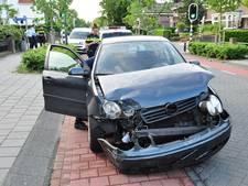 Auto en bestelbus op elkaar op Meester van Coothstraat in Waalwijk