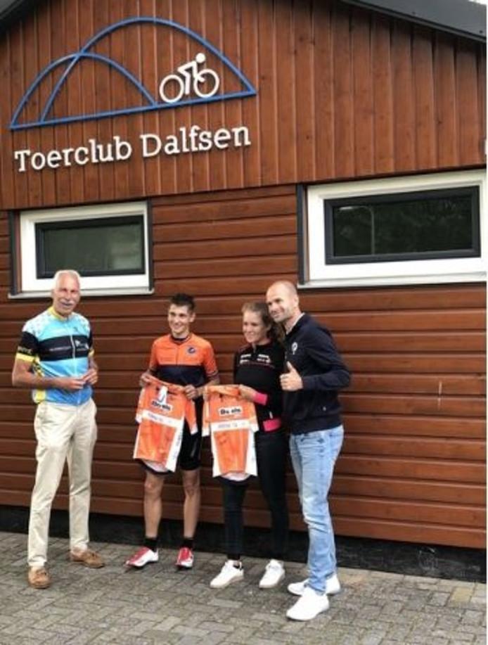 Erben Wennemars en Rob Kleiss overhandigen de shirts aan de winnaars van de Van der Breggen Challenge tijdens Erbens Vechtdal Toer.