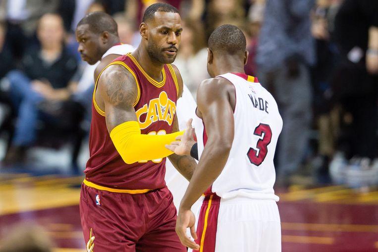 Lebron James schudt de hand van Dwayne Wade tijdens een wedstrijd van de Cavaliers tegen de Heat. Beeld afp
