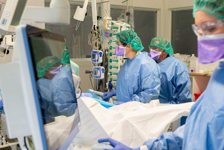 Artsen en verpleegkundigen aan het werk in het Elisabeth TweeSteden Ziekenhuis. Beeld ETZ / Maria van der Heyden