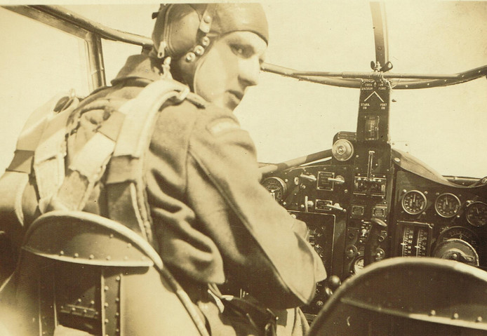 Het uniform van oorlogsvlieger Gerrit-Jan ten Duis wordt na 75 jaar tentoongesteld in Goor.