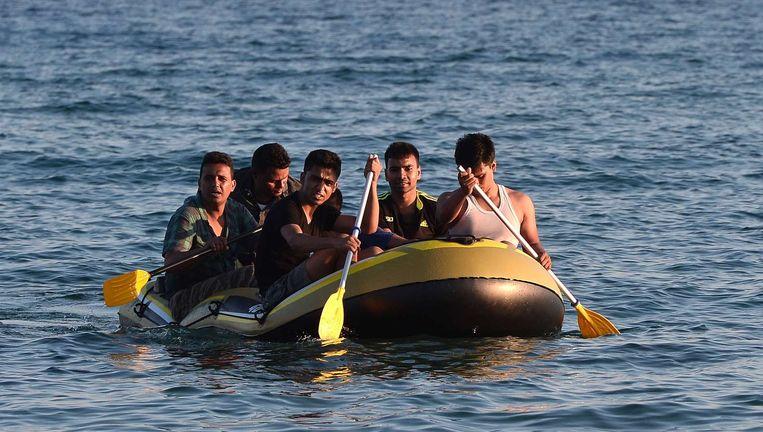 Een groepje migranten komt aan bij Kos. Beeld afp