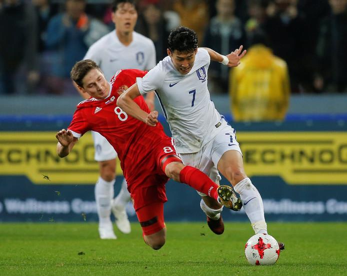 De Zuid-Koreaanse sterspeler Son Heung-Min flitst voorbij de Rus Daler Kuzyaev.