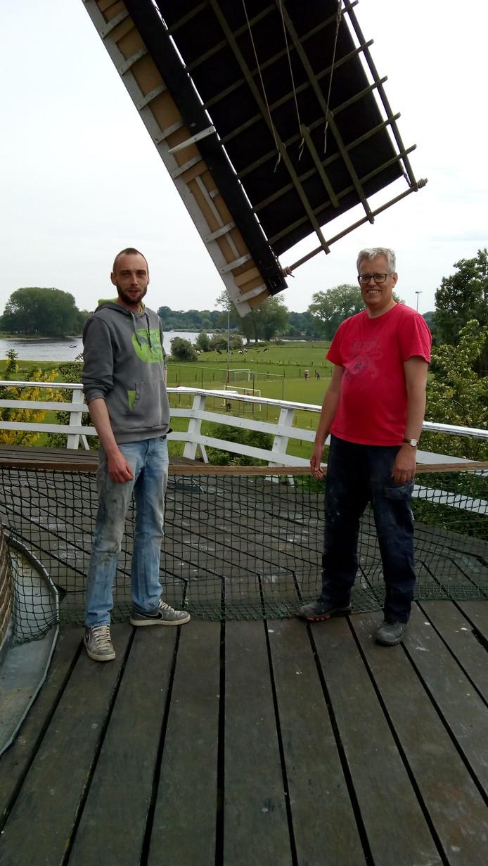 Sven Verbeek (L) en Johan van Rijswijk van de twee gebroeders in Wijk en Aalburg