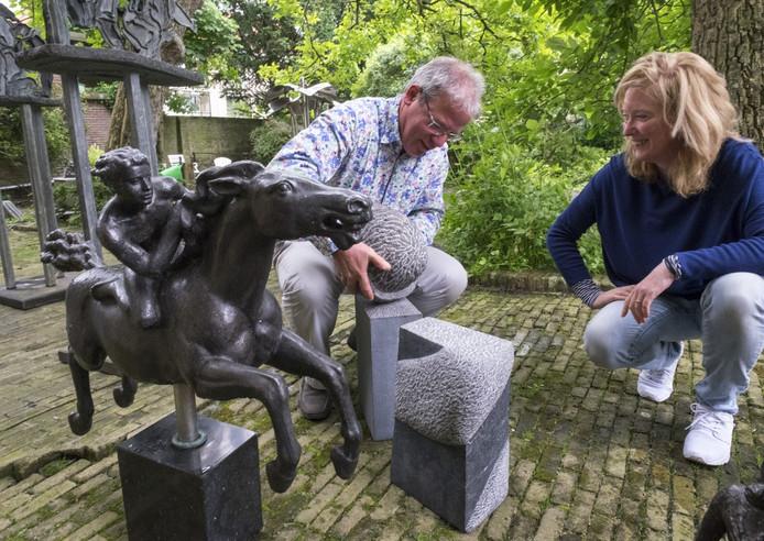 Chris Braat en Theresia Koelewijn zijn druk bezig met de nieuwe Zomertentoonstelling in het Burgerweeshuis in Zierikzee.