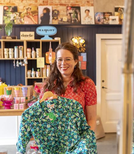 Mevrouw Janne trekt met haar vrolijke jurkjes naar het centrum van Enschede