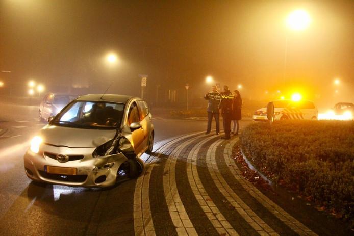 Man laat beschadigde auto achter op rotonde in Dongen.