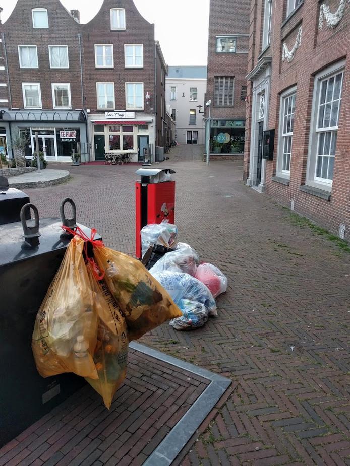 Weer zakken afval voor het museum in Tiel