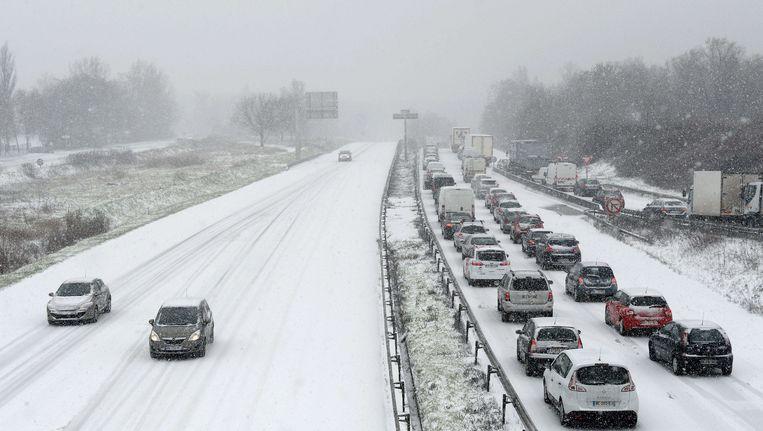 Frans verkeer in de slechte weersomstandigheden bij Parijs Beeld afp