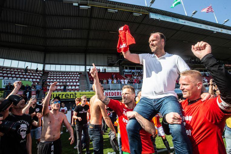 Dirk Lukkien, coach van FC Emmen, viert de promotie van zijn club na de beslissende overwinning op Sparta. Beeld VI Images / Tom Bode Multimedia