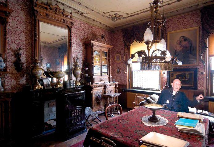 Henri Mastboom in zijn huis aan de Dorpsstraat in Oud Gastel. Na zijn dood in 1999 is het huis gebleven zoals hij het achterliet.