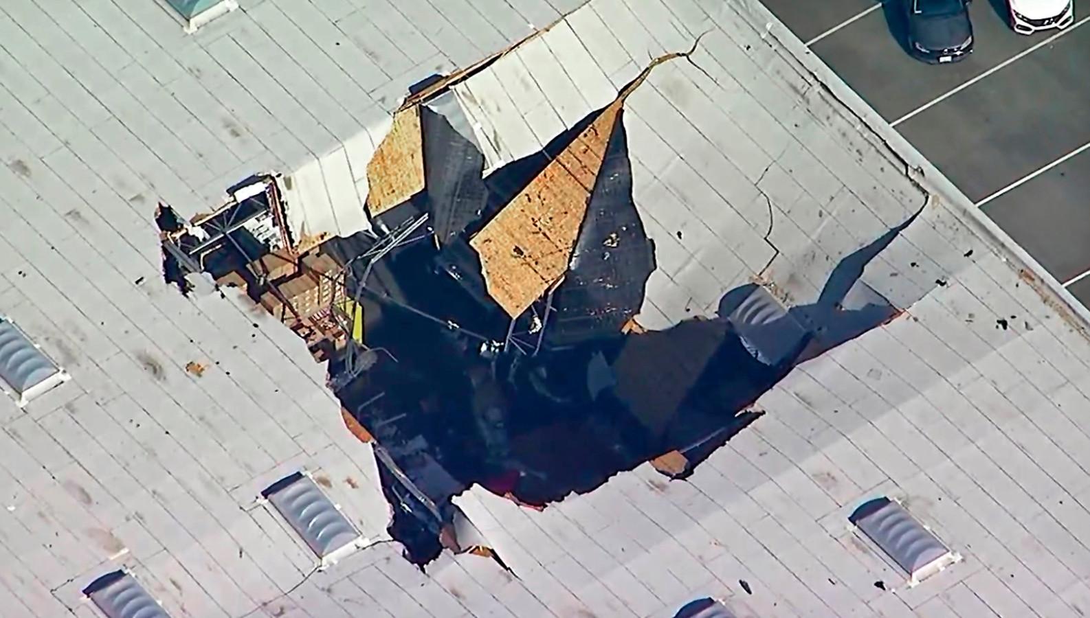 Beeld van het dak van het gebouw waarop de F-16 is gecrasht.