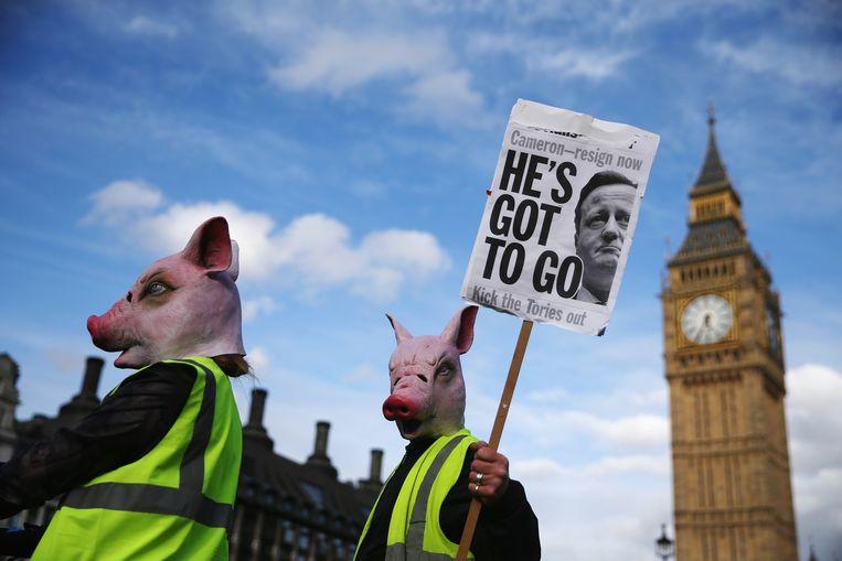 Demonstranten vragen om het vertrek van David Cameron. Via een omstreden maar niet illegale constructie zou hij belastingvrij een erfenis van zijn vader hebben ontvangen. Beeld getty