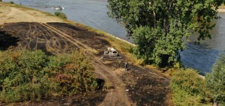 Auto brandt volledig uit in gesloten gebied langs de IJssel: twee mensen naar het ziekenhuis