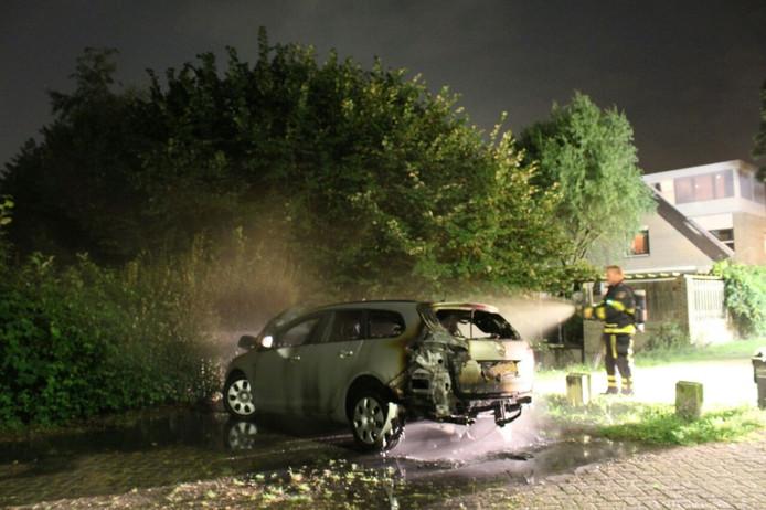 Auto brandt uit aan de Rietdijk in Breda.