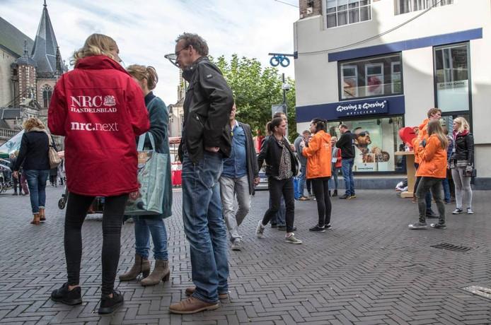 Straatverkopers begrijpen de irritatie bij winkelend publiek wel als ze met veel verkopers op één locatie staan. Foto Frans Paalman