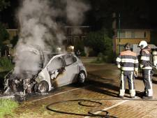 Weer een brandende auto in Grave, slapende vrachtwagenchauffeur wordt wakker van knallen