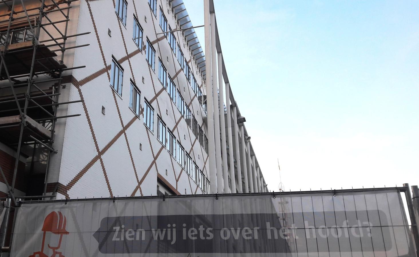 Het stadhuis van Apeldoorn wordt momenteel verbouwd. Daarbij dreigen de kosten de keiharde begroting toch te overschrijden.