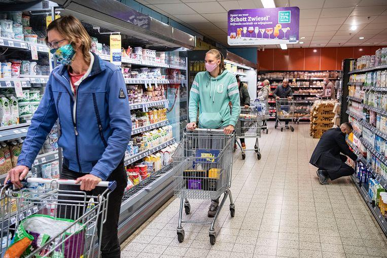Klanten bij de Deen in Purmerend, waar veel klanten een mondkapje dragen, maar veel ook niet. Beeld Guus Dubbelman / de Volkskrant