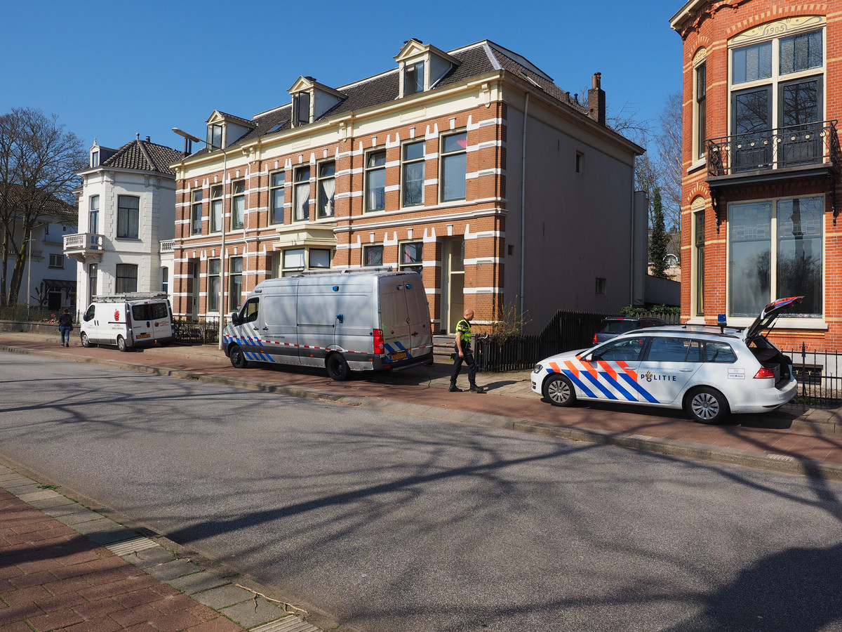 De politie en Explosieven Opruimingsdienst Defensie (EOD) onderzoeken de woning van Henk (31) aan de Burgemeester Dijckmeesterweg in Zutphen na het incident op het stadhuis.