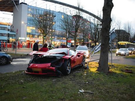 Ferrari van bijna 3 ton aan gort gereden in Utrecht