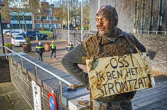 Arie den Dekker ketent zich vast en gooit stront over zich heen bij gemeentehuis Oss in verband met verbod om in Oss te komen door bedreigingen.