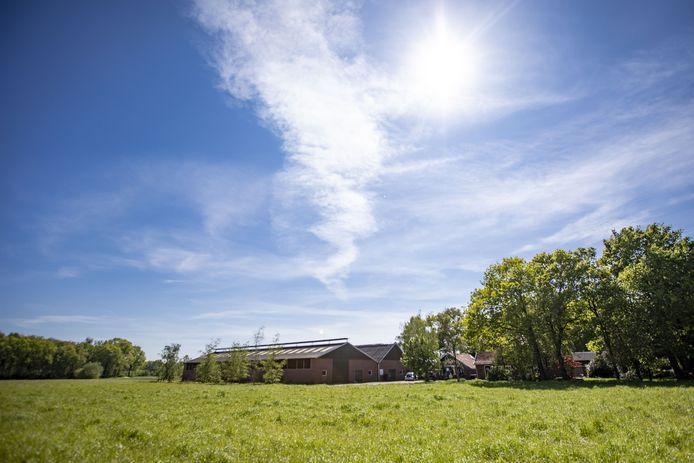 Achterzijde van de boerderij aan de Huyerenseweg, waar de provincie bezig is met een groot rood voor roodplan.