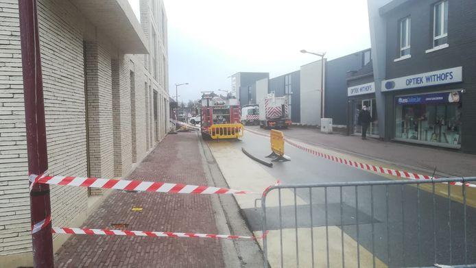 De brandweer pompt water uit de kelders van assistentiewoningen in de Mulslaan.