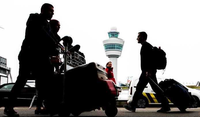 Reizigers op luchthaven Schiphol.