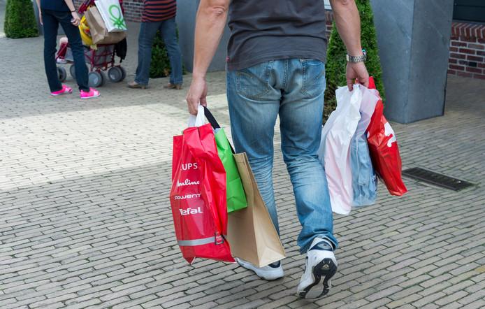 Een bezoeker winkelt in Batavia Stad Fashion Outlet