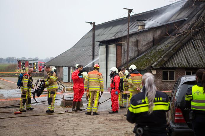 Brandweer bij de stal in Radewijk.