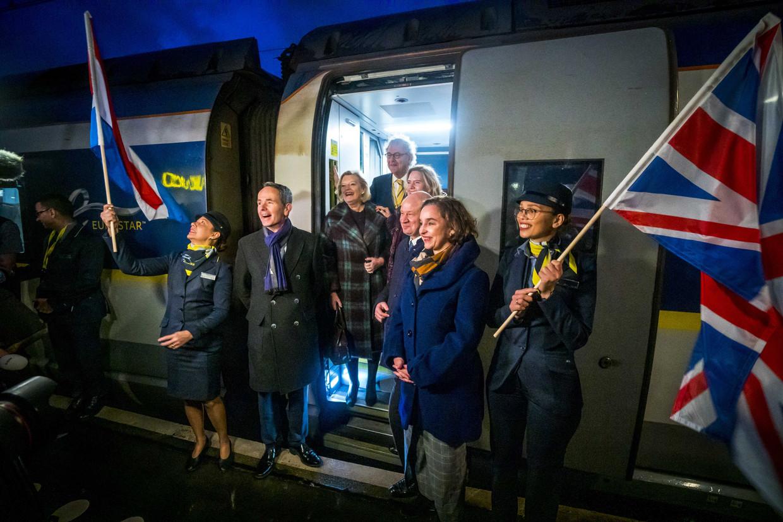 President-directeur Roger van Boxtel van de NS, minister Cora van Nieuwenhuizen (Infrastructuur) en staatssecretaris Ankie Broekers-Knol (Justitie en Veiligheid) komen de Eurostar uit. Beeld ANP