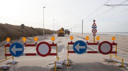 Kustbaan tussen Oostende en Middelkerke afgesloten door zandophopingen