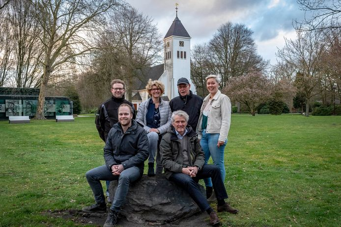 De familieraad van de GGZ WNB:    v.l.n.r. zitten : Nick Vermaas en Willem Verhoef, v.l.n.r. achter: Jarco Buddendijk (voorzitter), Marjolein Pardaan, Wim Matthijssen, Janneke Hermus