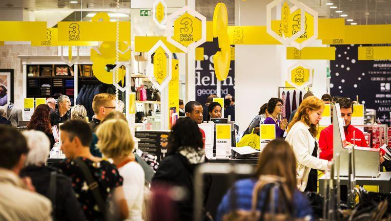 Winkelen bij de Bijenkorf in Amsterdam. Beeld anp
