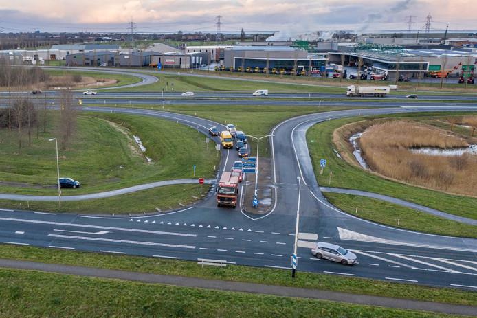 Op dit kruispunt komen begin februari stoplichten. Momenteel staan verkeersregelaars standby in de spitsuren (het autootje links in beeld). Zodra het druk wordt, gaan ze het verkeer regelen.