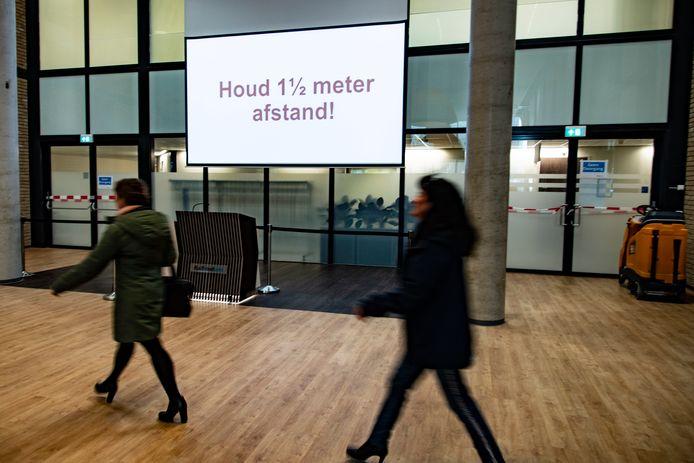 Het coronatestcentrum voor medewerkers van het Radboudumc ziekenhuis adviseert 1,5 meter afstand van elkaar te houden. Dat werkt echt, benadrukken experts.